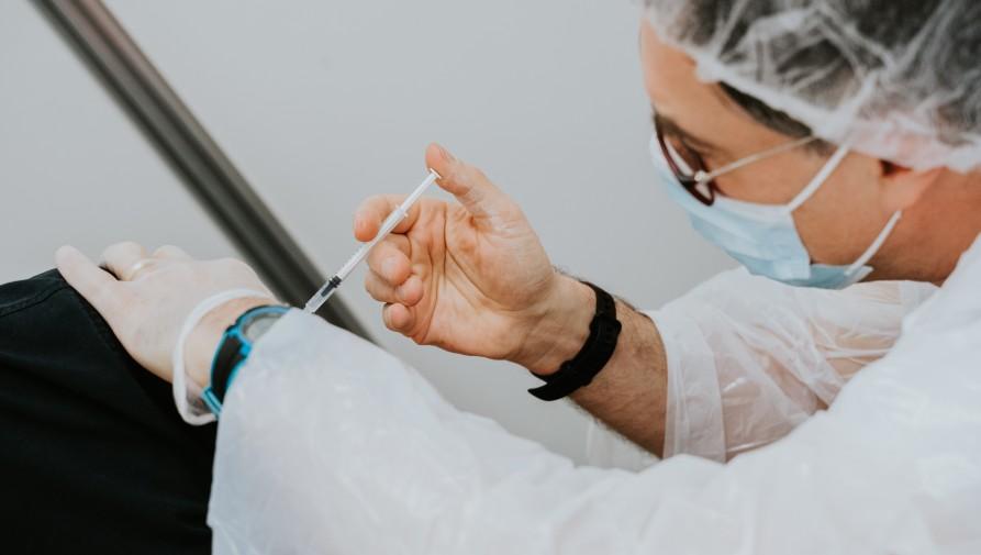 A betegek védelme érdekében az egészségügyi dolgozóknak most már kötelező az oltás