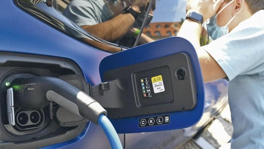 Baj van Európában az e-autókkal: hiába terjednek gyorsan, ha a töltőhálózat nem követi azt